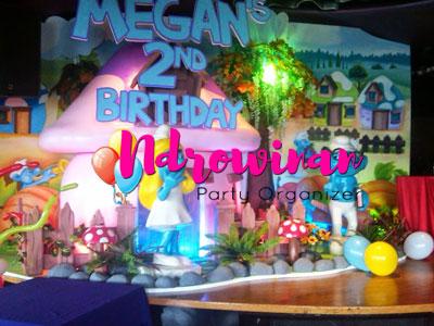 dekorai styrofoam backdrop ultah anak tema smurf