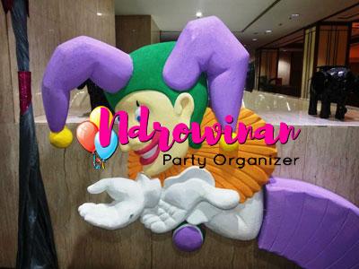 styrofoam patung joker
