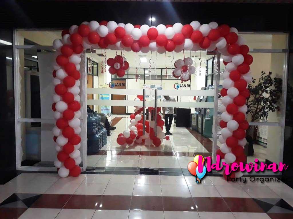 Dekorasi balon Hut RI Kantor Lembaga administrasi negara