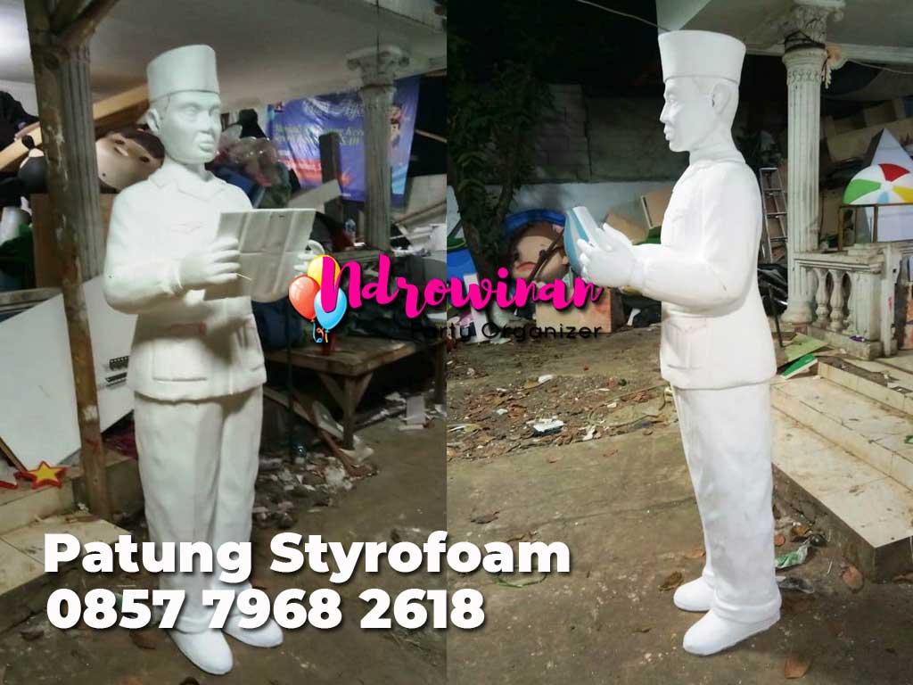 patung styrofoam soekarno