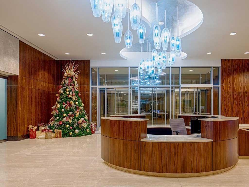 sample dekorasi natal untuk lobby kantor